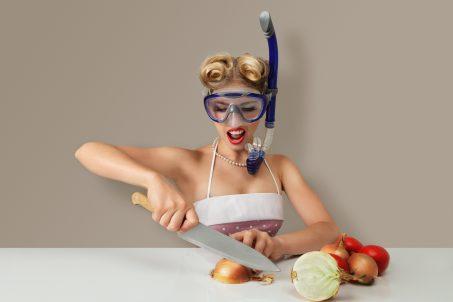 Devojka ronilac u kuhinji.