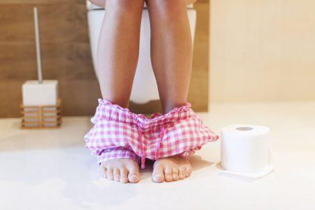 Devojka u toaletu